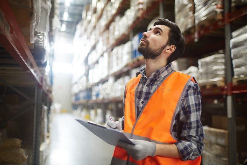 Έλεγχος καταλόγων στην αποθήκη εμπορευμάτων στοκ εικόνες