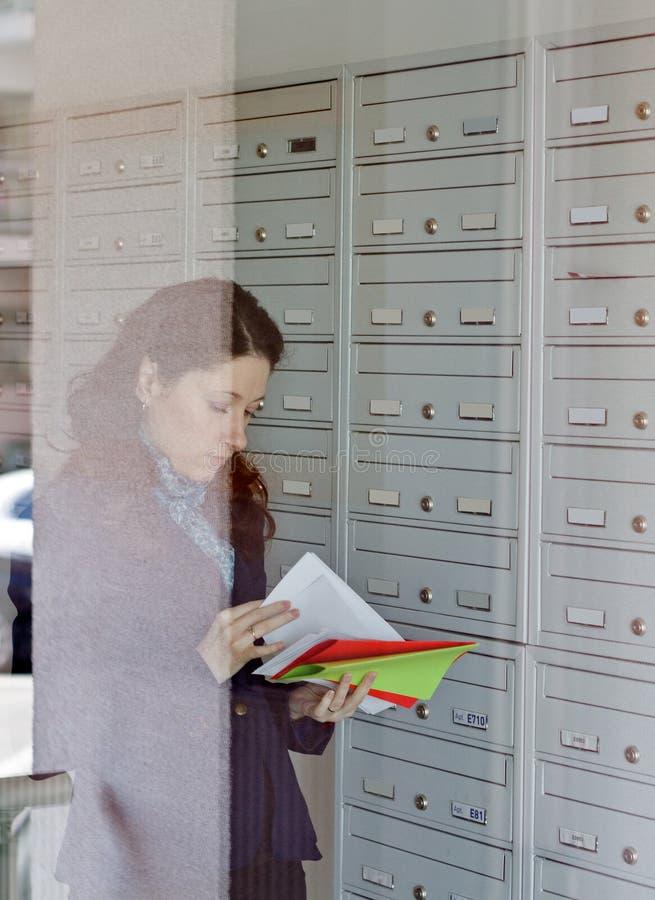 Έλεγχος ταχυδρομικών θυρίδων στοκ φωτογραφία με δικαίωμα ελεύθερης χρήσης