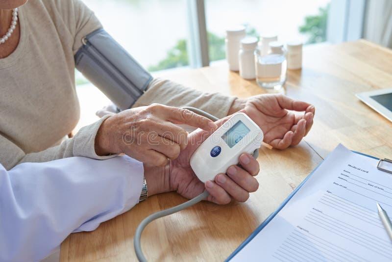 Έλεγχος της πίεσης του αίματος στο γραφείο γιατρών στοκ εικόνες