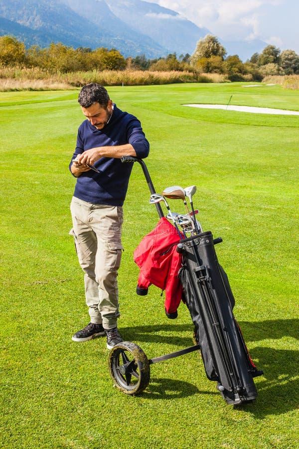 Έλεγχος των μηνυμάτων στο γήπεδο του γκολφ στοκ φωτογραφία με δικαίωμα ελεύθερης χρήσης