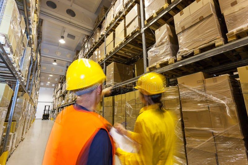Έλεγχος των προϊόντων στην αποθήκη εμπορευμάτων στοκ φωτογραφίες