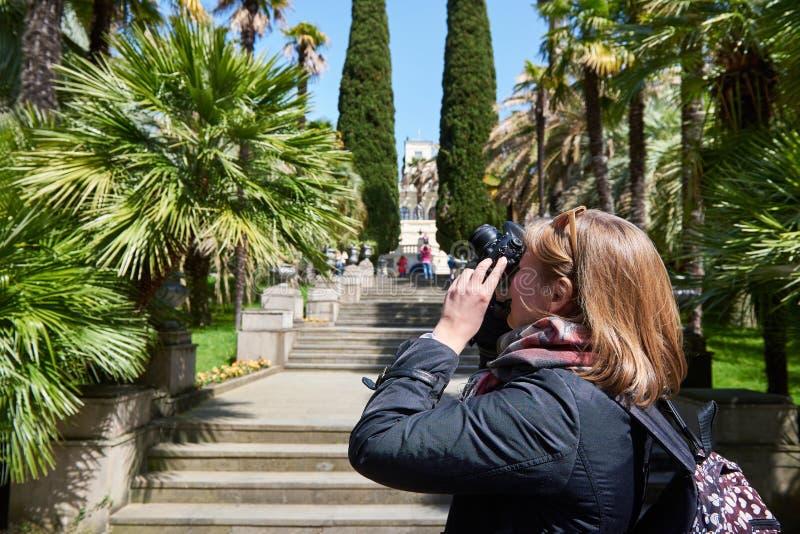 Έλξη φωτογραφιών τουριστών γυναικών στο πάρκο στοκ εικόνες