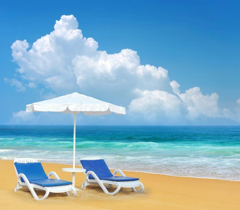 Έδρα και ομπρέλα παραλιών στην παραλία άμμου στοκ φωτογραφίες
