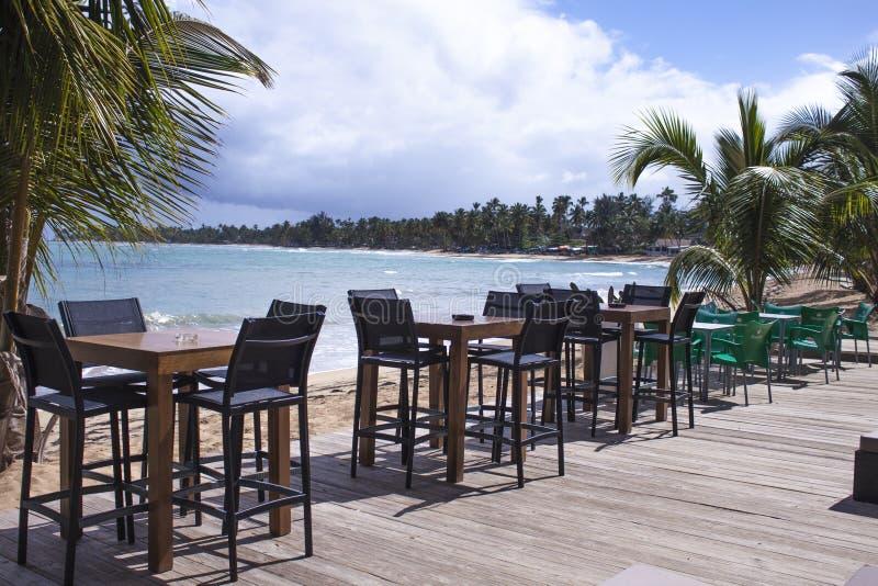 Έδρες και πίνακες σε ένα εστιατόριο παραλιών στοκ φωτογραφίες με δικαίωμα ελεύθερης χρήσης