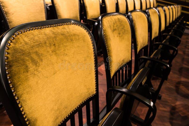 Έδρες σε ένα παλαιό θέατρο στοκ εικόνα