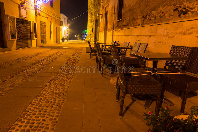 Έδρες στην παλαιά πόλη Alghero τη νύχτα στοκ φωτογραφία με δικαίωμα ελεύθερης χρήσης