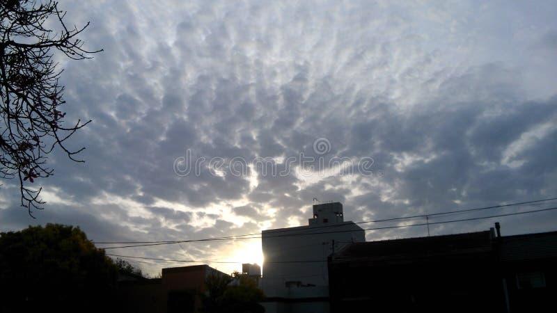 Ήλιος κολλοειδούς διαλύματος Nube σύννεφων ουρανού Cielo στοκ εικόνα