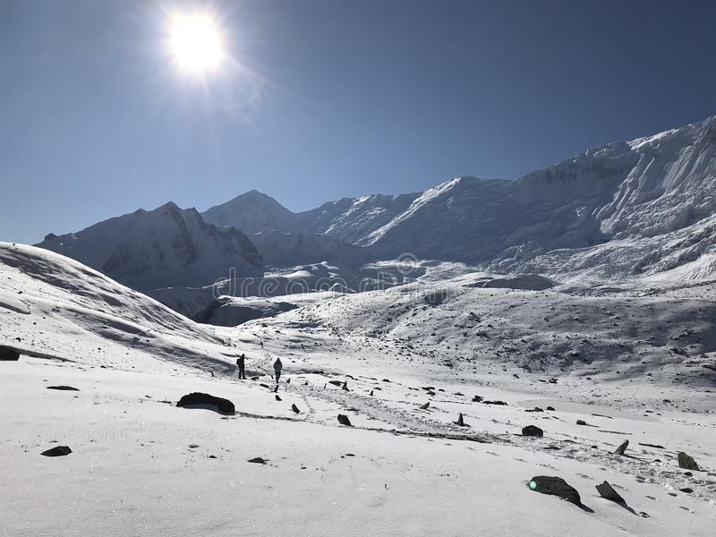 Ήλιος πέρα από το χιόνι στοκ φωτογραφίες με δικαίωμα ελεύθερης χρήσης