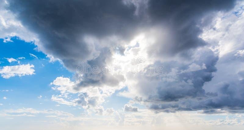 Ήλιος που λάμπει μέσω των σκοτεινών σύννεφων στοκ φωτογραφία
