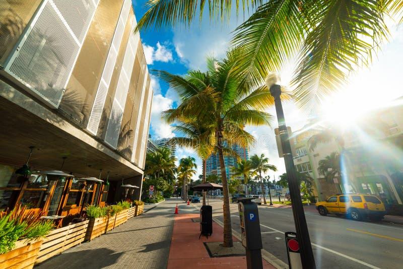 Ήλιος που λάμπει πέρα από μια όμορφη οδό στο Μαϊάμι Μπιτς στοκ εικόνες