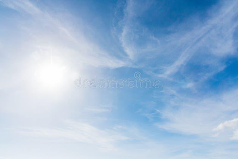 Ήλιος που λάμπει πέρα από τα σύννεφα στοκ φωτογραφίες