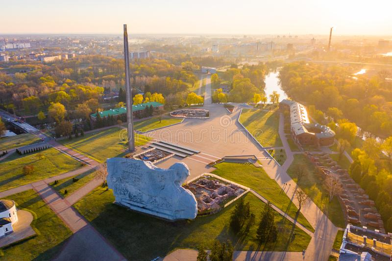 Ήλιος που λάμπει πέρα από το φρούριο του Brest το πρωί Επέτειος του δεύτερου παγκόσμιου πολέμου στη Λευκορωσία στοκ εικόνα με δικαίωμα ελεύθερης χρήσης