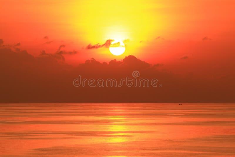 Ήλιος που τίθεται όμορφος στη μέση του ωκεανού στοκ εικόνες