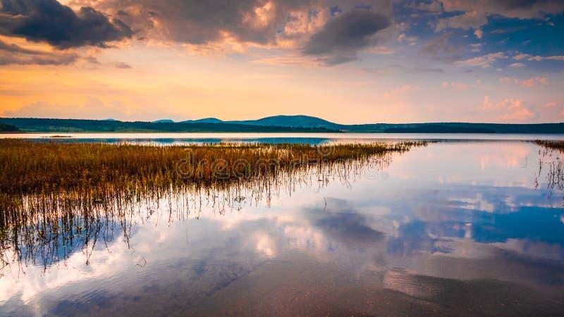 Ήρεμες αντανακλάσεις λιμνών στο ηλιοβασίλεμα στοκ εικόνα