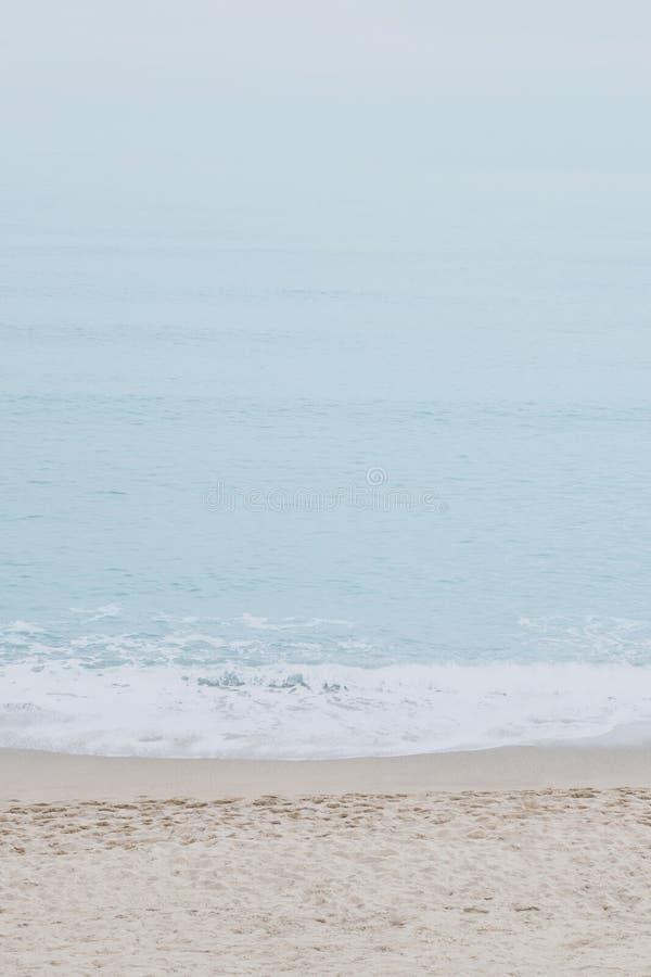 Ήρεμες παραλία και θάλασσα Ηρεμία του τυρκουάζ νερού r στοκ φωτογραφίες με δικαίωμα ελεύθερης χρήσης
