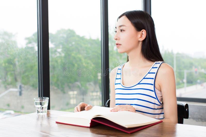 Ήρεμη ανάγνωση κοριτσιών στη καφετερία στοκ φωτογραφίες