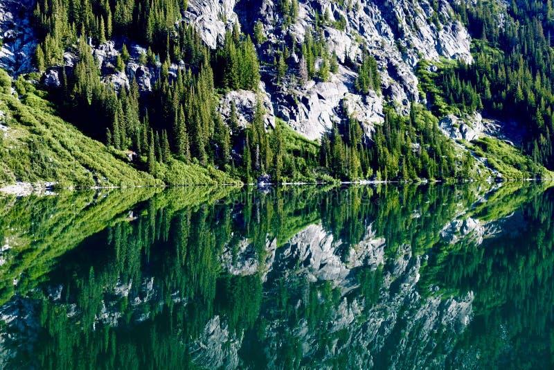 Ήρεμη αντανάκλαση λιμνών στα βουνά καταρρακτών στοκ φωτογραφία