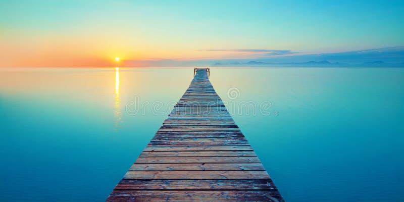 Ήρεμη γιόγκα θάλασσας ηλιοβασιλέματος ορμονών ταξιδιών περισυλλογής παραλιών θάλασσας γεφυρών για πεζούς