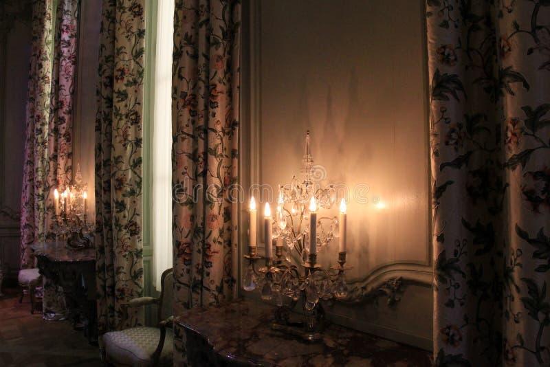 Ήρεμη γωνία του δωματίου με τα drapes και τα ανεκτίμητα έπιπλα, το Λούβρο, Παρίσι, Γαλλία, 2016 στοκ εικόνες