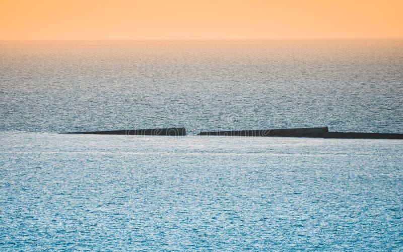 Ήρεμη θάλασσα με τον ουρανό ηλιοβασιλέματος Ζωηρόχρωμος ορίζοντας πέρα από το νερό και τον ατλαντικό τοίχο Νορμανδία, Γαλλία στοκ φωτογραφία με δικαίωμα ελεύθερης χρήσης