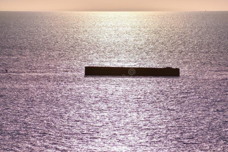 Ήρεμη θάλασσα με τον ουρανό ηλιοβασιλέματος Ζωηρόχρωμος ορίζοντας πέρα από το νερό και τον ατλαντικό τοίχο Νορμανδία, Γαλλία στοκ εικόνες