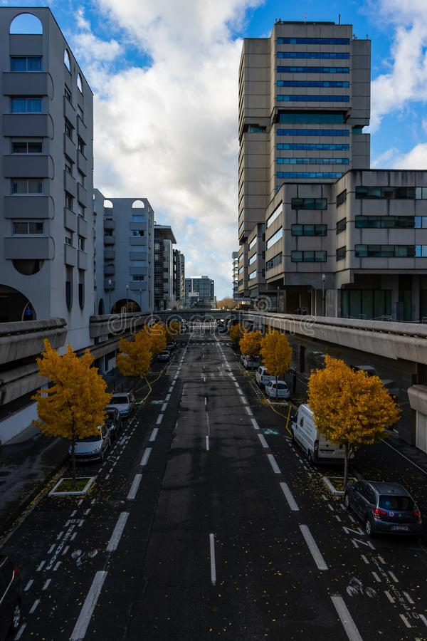 Ήρεμη οδός με τα δέντρα στοκ εικόνες με δικαίωμα ελεύθερης χρήσης