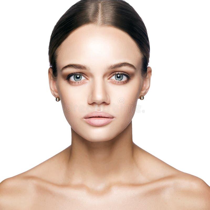 Ήρεμη ομορφιά Πορτρέτο της όμορφης νέας ξανθής γυναίκας με το nude makeup, τα μπλε μάτια, hairstyle και το καθαρό πρόσωπο στοκ εικόνες
