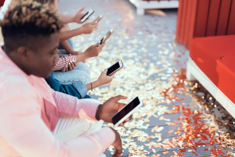 Ήρεμοι αρσενικό και σύντροφοι που χρησιμοποιούν τα τηλέφωνα στοκ φωτογραφία