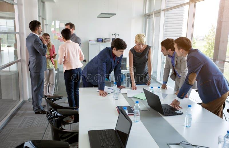 Ήρεμοι επαγγελματικοί επιχειρηματίες συζήτησης στοκ εικόνες