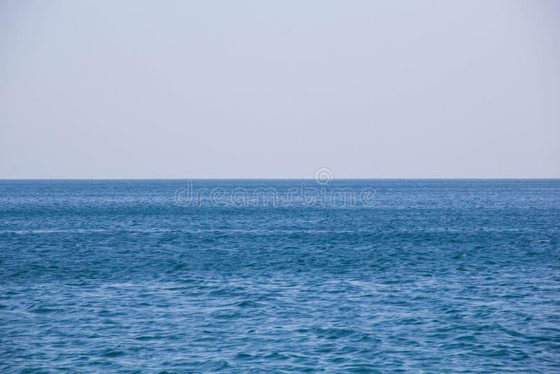 Ήρεμοι μπλε ωκεανός επιφάνειας κυμάτων θάλασσας μαλακοί και υπόβαθρο μπλε ουρανού στοκ εικόνες με δικαίωμα ελεύθερης χρήσης