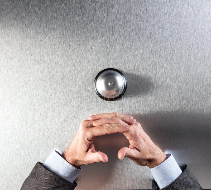 Ήρεμος επιχειρηματίας δίπλα στο δαχτυλίδι πελατών για την υπομονή και τη βοήθεια στοκ εικόνες με δικαίωμα ελεύθερης χρήσης
