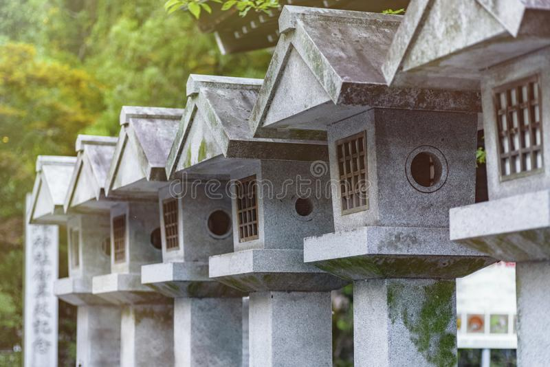 Ήρεμος και ειρηνικός πράσινος ιαπωνικός κήπος με τα μικρά πετρώδη αγάλματα στοκ εικόνες με δικαίωμα ελεύθερης χρήσης