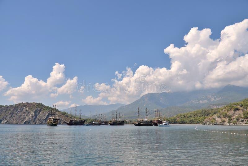 Ήρεμος κόλπος στον τομέα των ιστορικών καταστροφών της πόλης Phaselis, της όμορφης θάλασσας, της πράσινης βλάστησης, των σκαφών κ στοκ φωτογραφίες