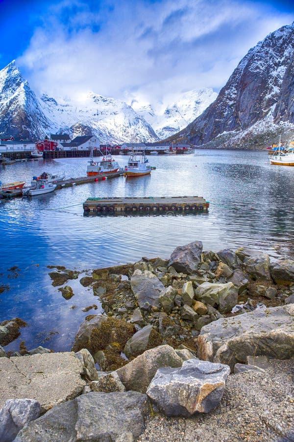 Ήρεμο γραφικό λιμενικό Seascape ενάντια στα χιονώδη βουνά στοκ εικόνες
