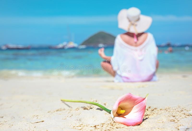 Ήρεμο γυναικείο σε μια παραλία, όμορφο λουλούδι στοκ φωτογραφία με δικαίωμα ελεύθερης χρήσης