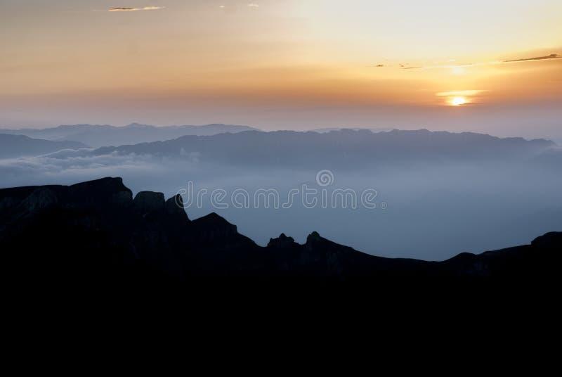 Ήρεμο ηλιοβασίλεμα επάνω από τις ειρηνικές κοιλάδες βουνών στοκ φωτογραφία με δικαίωμα ελεύθερης χρήσης