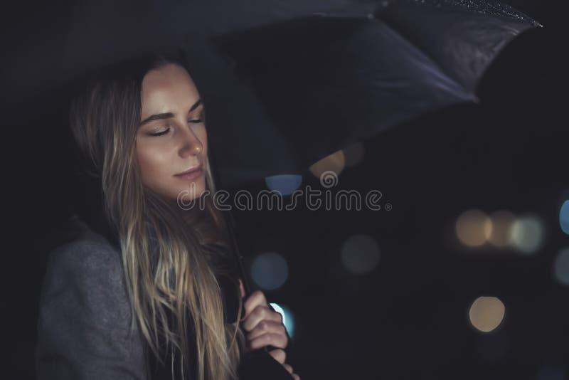 Ήρεμο θηλυκό κάτω από τη βροχή τη νύχτα στοκ φωτογραφίες