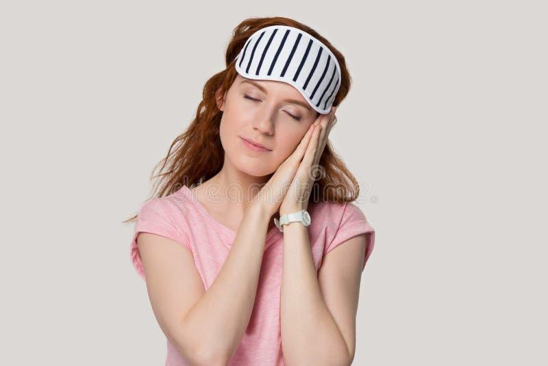 Ήρεμο κοκκινομάλλες κορίτσι στη στάση μασκών ύπνου κοιμισμένη στοκ φωτογραφίες