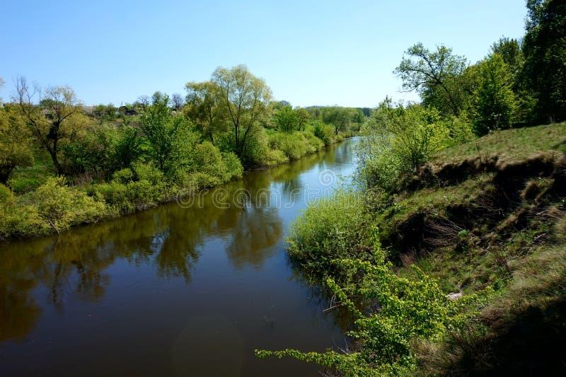 Ήρεμο νερό ενός στενού ποταμού Samara Ουκρανία στοκ εικόνα