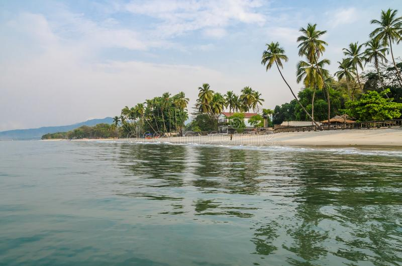 Ήρεμο νερό, φοίνικες και άσπρη παραλία άμμου στην παραλία Tokeh, νότος του Φρητάουν, Sierra Leone, Αφρική στοκ εικόνα με δικαίωμα ελεύθερης χρήσης