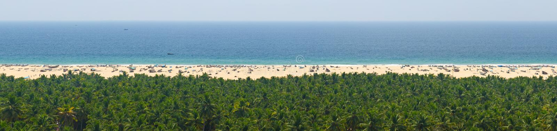 Ήρεμο πανόραμα ουρανού, θάλασσας, άμμου και ζουγκλών για τη χαλάρωση στοκ φωτογραφία