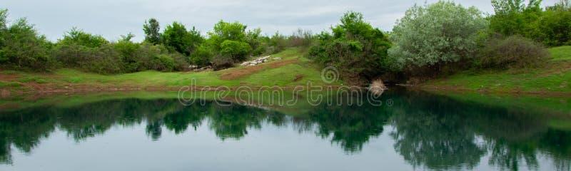 Ήρεμο τοπίο στη λίμνη με μια όμορφη αντανάκλαση στα ήρεμα νερά, Αλβανία στοκ φωτογραφία