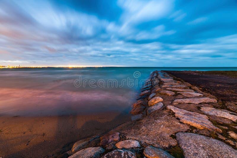 Ήρεμο τοπίο της θάλασσας της Βαλτικής με τις πέτρες στοκ εικόνες