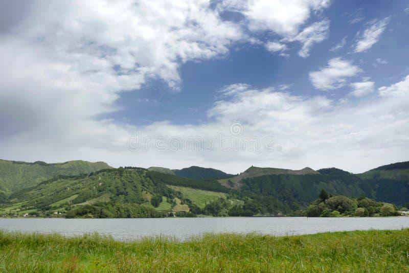Ήρεμο όμορφο μπλε λίμνη ή Lagoa Azul τοπίων στο νησί Πορτογαλία του Miguel Αζόρες Σάο Sete Cidades στοκ φωτογραφία