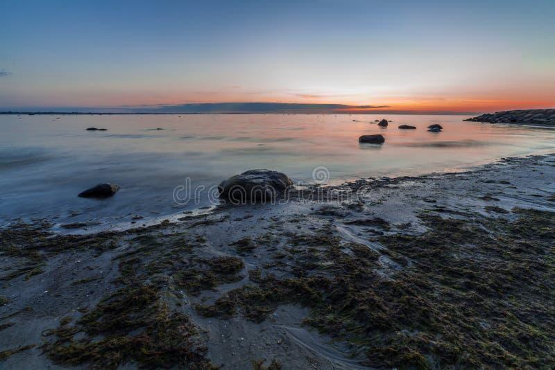 Ήρεμο seascape της θάλασσας της Βαλτικής με τους βράχους στοκ εικόνα
