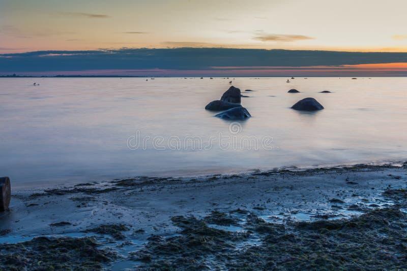 Ήρεμο seascape της θάλασσας της Βαλτικής με τους βράχους στοκ εικόνες