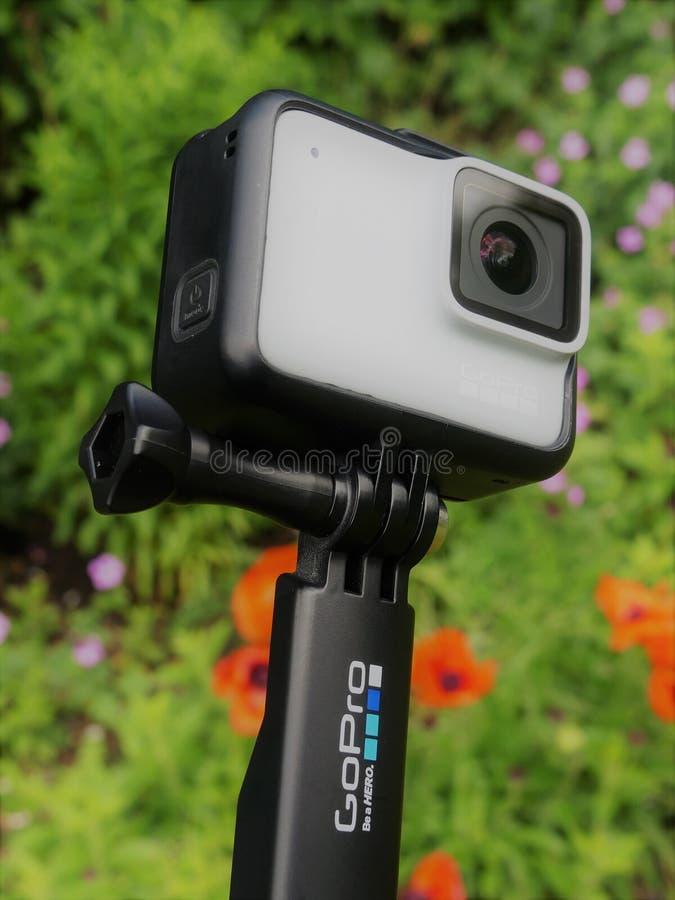 Ήρωας 7 GoPro άσπρη κάμερα δράσης που τοποθετείται στη 3-Way λαβή GoPro στοκ εικόνες