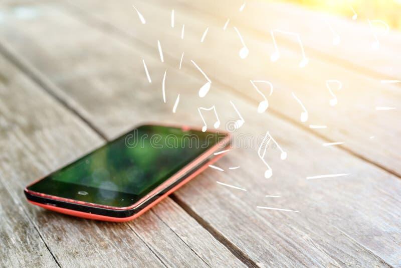 Ήχοι μουσικής από το smartphone στοκ φωτογραφία με δικαίωμα ελεύθερης χρήσης