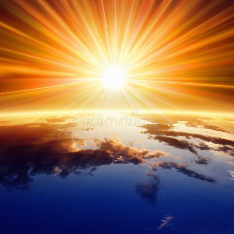 Ήλιος επάνω από τη γη στοκ φωτογραφία με δικαίωμα ελεύθερης χρήσης