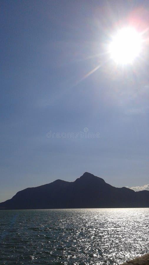 Ήλιος επάνω στο moutain και τα νερά στοκ φωτογραφίες με δικαίωμα ελεύθερης χρήσης